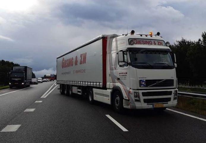 De vrachtwagenchauffeur parkeerde zijn truck over twee rijbanen van de snelweg.