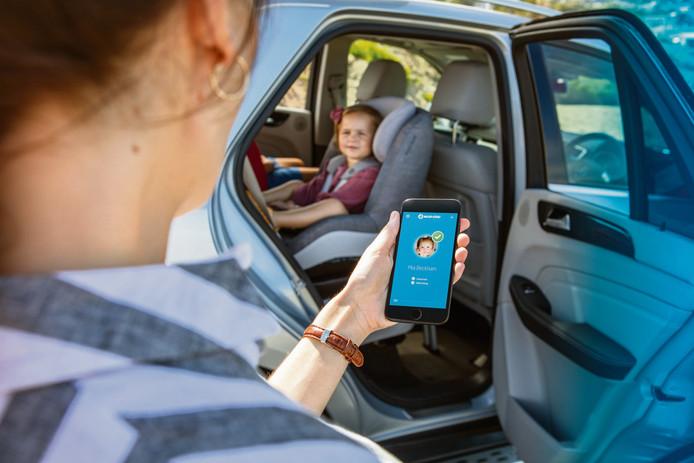 Een app en een zitkussen met druksensoren moet voorkomen dat ouders per ongeluk hun kind achterlaten in een hete auto