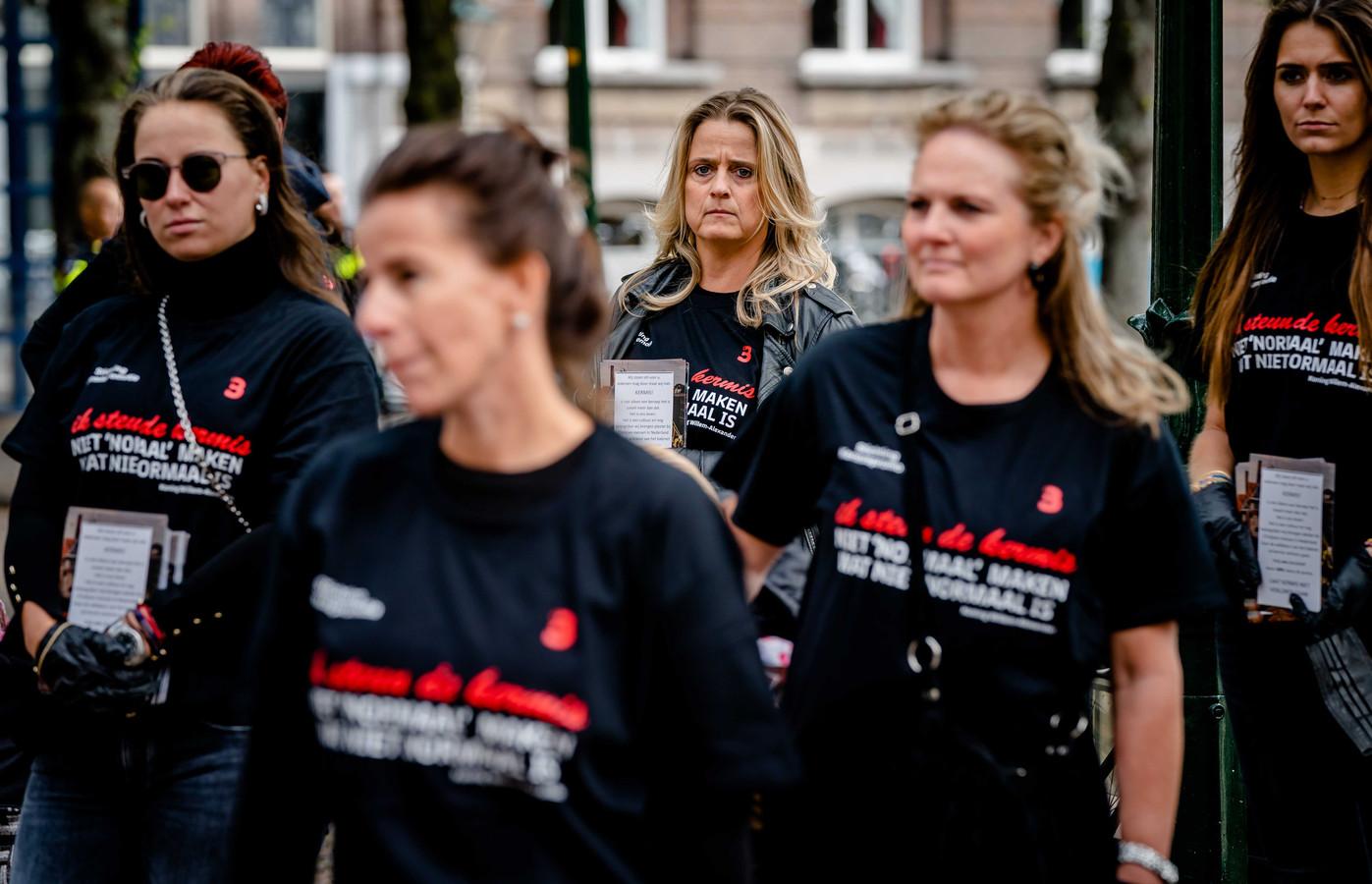 Echtgenotes van kermisexploitanten overhandigen op het Binnenhof een open brief ter ondersteuning met de vraag of de kermissen eerder dan 1 september open kunnen