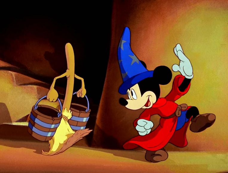 Tekenfilm: Fantasia van Walt Disney. 'Mickey die de tovernaarshoed pikt en de macht over de betoverde bezems verliest. Onbetaalbaar.' Beeld