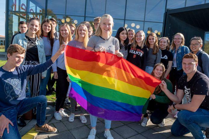 Mirte Zwier zorgde er voor dat de regenboogvlag 11 oktober in elk geval wel op de scholengemeenschap Pontes Pieter Zeeman in Zierikzee wapperde.