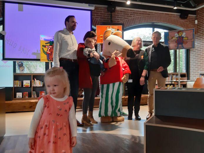 Kleine kinderen voorlezen is goed voor hun taalontwikkeling, vindt bibliotheek Noordwest Veluwe. Zelfs baby's voorlezen is al positief.