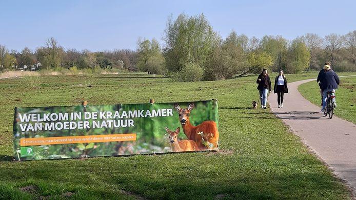 Publiekscampagne van Staatsbosbeheer in onder meer het Markdal. Om de natuur te helpen is ruige mest uitgereden, de bruine sporen laten een behoorlijke geur achter.