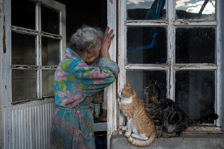 De 69-jarige Abovjan Hasmik staat huilend bij de deur van haar woning in het dorpje Nerkin Sus, in Nagorno-Karabach. Beeld Valeri Melnikov