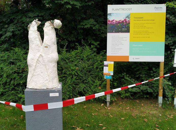 Vandalen hebben het beeld van kunstenaar William Temmerman in het gemeentepark serieus toegetakeld.