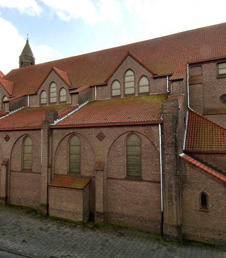 Operatie AstraZeneca begonnen voor zestigplussers,  Oldenzaalse huisartsen prikken in Drieëenheidkerk