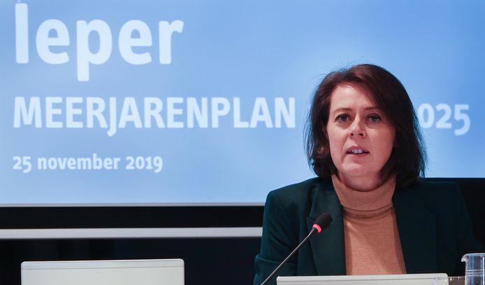 Burgemeester Emmily Talpe stelt het meerjarenplan voor Ieper voor.
