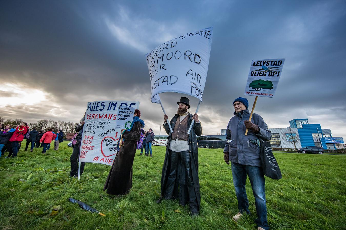 Honderden mensen protesteren tegen uitbreiding en de laagvliegroutes van Lelystad Airport.