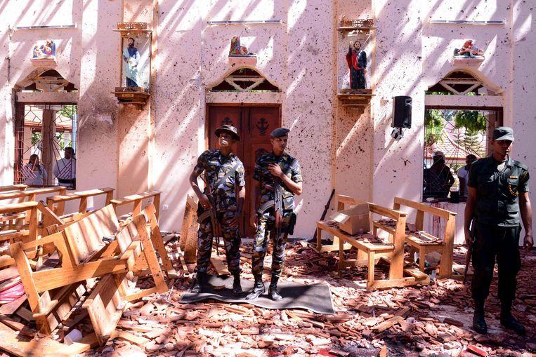 Soldaten inspecteren de verwoesting in de kerk van St. Sebastian. Beeld null