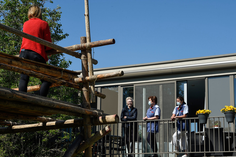 Bezoek van op afstand in een Leuvens woon-zorgcentrum. Beeld Photo News