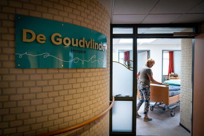 Miriam Schats verplaatst een bed in een van de zes eenpersoonskamers van Hospice De Goudvlinder. Foto: Erik van 't Hullenaar.