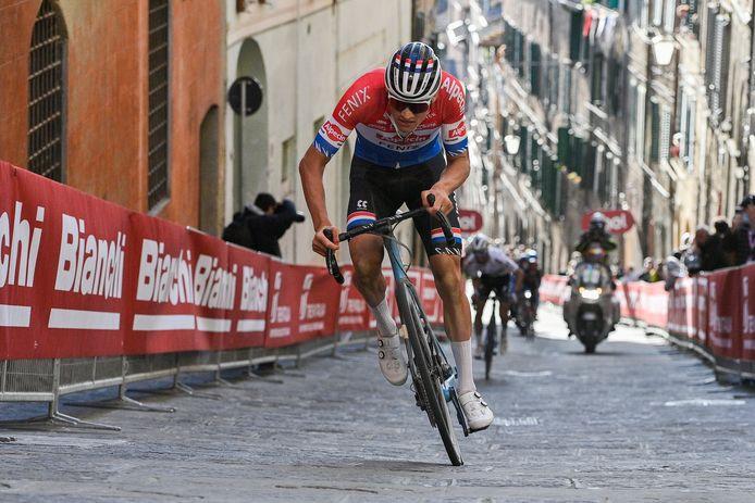 Van der Poel won de Strade Bianche na een indrukwekkende aanval op de Via Santa Catharina in Siena.