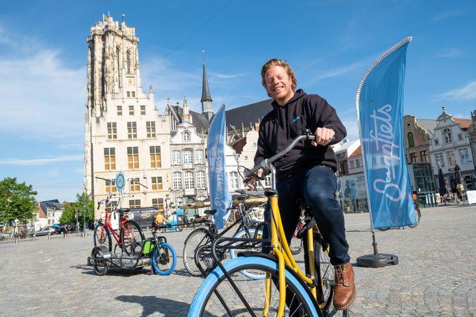 Thomas Schiltz, district manager Belgium van Swapfiets, stelt de de 'Original', een oer-Hollandse omafiets, voor op de Grote Markt van Mechelen.