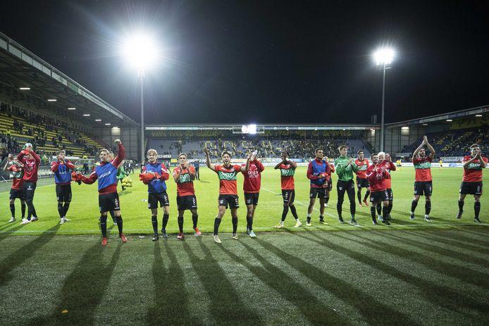 De spelers van NEC vieren de 1-3-zege op Fortuna Sittard met de meegereisde supporters.