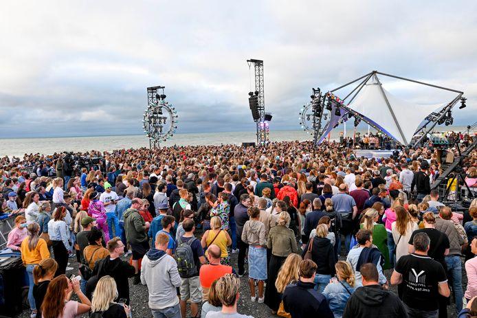 Officieel was er 4.500 man gisteren in Middelkerke. Maar zelfs toen de avond viel, haastten mensen zich nog naar de dijk in de hoop een glimp van hun idolen op te vangen.