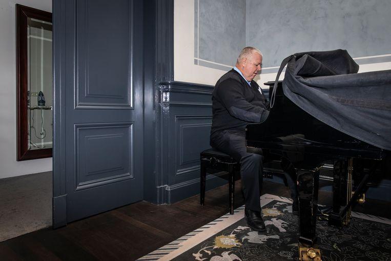Danny aan de piano in de antichambre. Beeld Dingena Mol