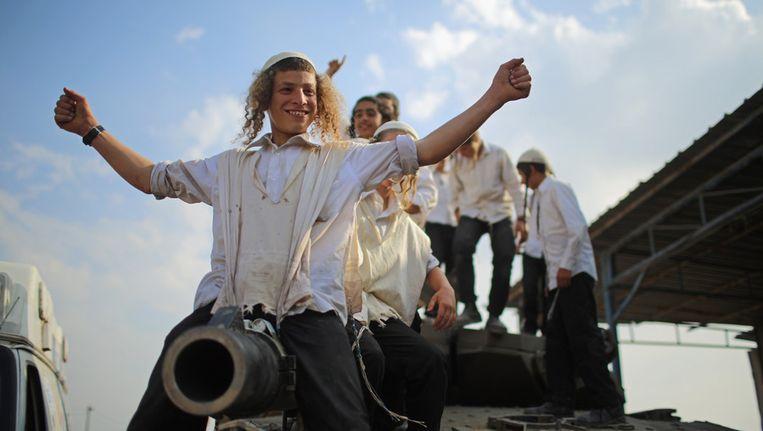 Joodse jongetjes spelen op een Israëlische tank nadat het staakt-het-vuren- van kracht is gegaan.de wapenstilstand in het grensgebied Beeld getty