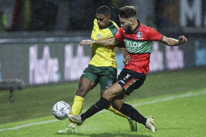 NEC-linksback Souffian El Karouani in duel met Fortuna Sittard-middenvelder Deroy Duarte.