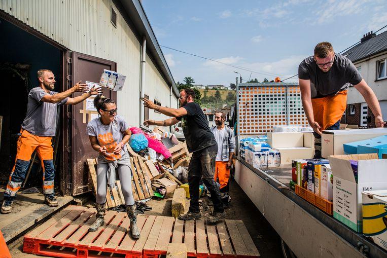 Vrijwilligers helpen in het het gemeenschapscentrum van Pepinster, waar een zaal uitpuilt met waterflessen, melk, conserven, snacks en toiletpapier. Beeld Aurélie Geurts