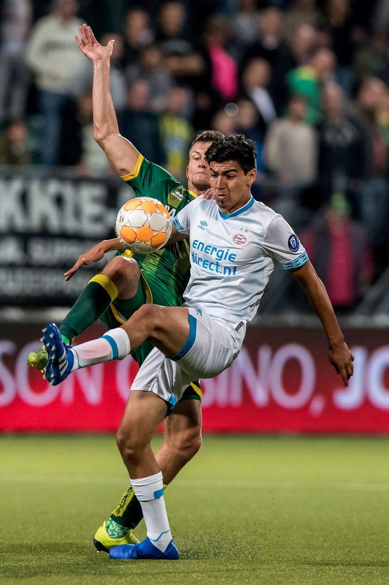 PSV-aanwinst Gutiérrez in duel met Kuipers van ADO. De Mexicaan debuteerde met een fraai doelpunt. Beeld ANP Pro Shots