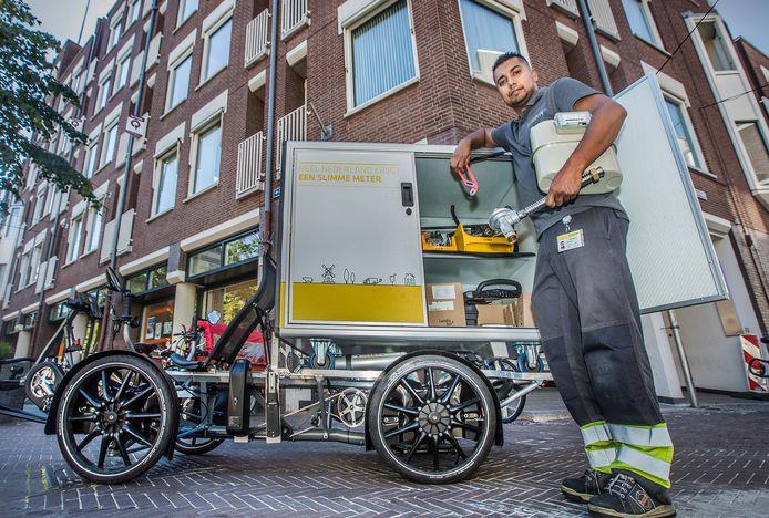 Stedin monteur Atesh Dwarka met het nieuwe stedin vervoermiddel. Een electrische fiets.