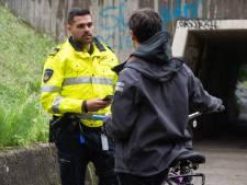 Vanaf maandag appverbod op de fiets: 'Ik botste vol tegen de paal aan'