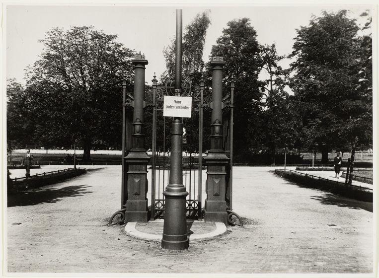 De entree van het Vondelpark tijdens de Tweede Wereldoorlog. Beeld -