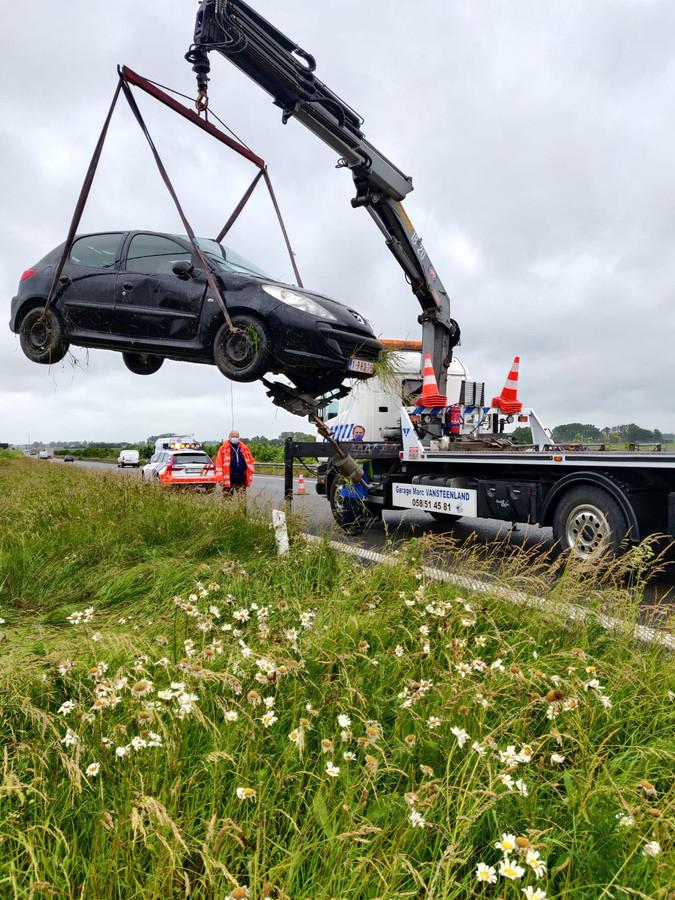 Garage Marc Vansteenland uit Koksijde kwam ter plaatse om het voertuig te takelen.
