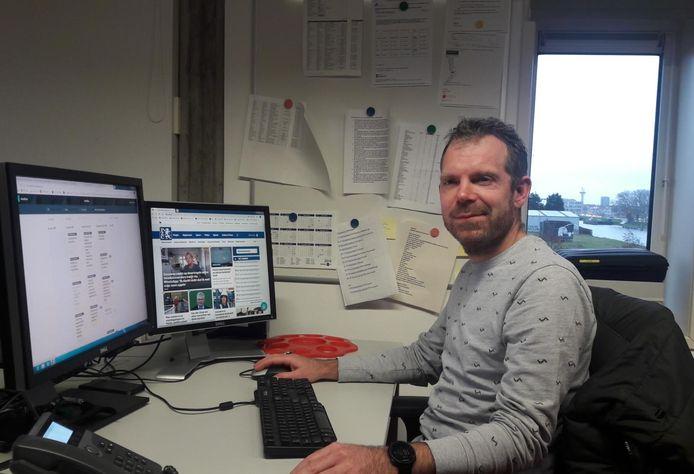 Martijn de Koning op zijn werkplek bij de PZC.