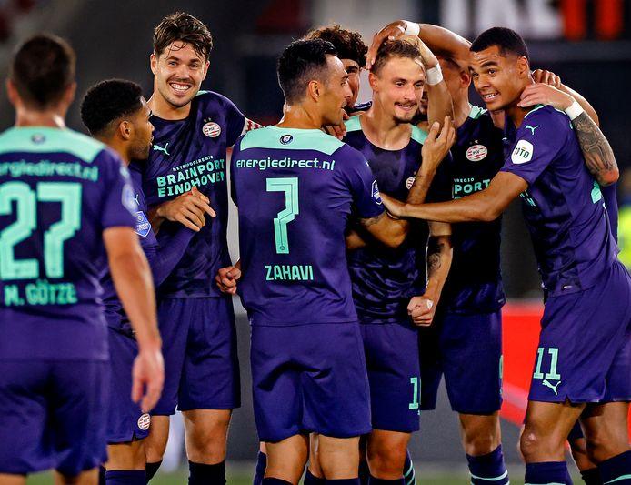 Olivier Boscagli wordt gefeliciteerd door zijn teamgenoten na zijn fraaie goal tegen AZ.