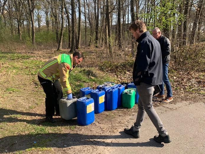 De omgevingsdienst controleert de vaten.