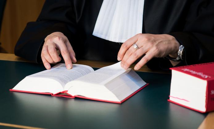 2014-03-05 13:33:48 ILLUSTRATIE - Een rechter met wetboek in de rechtzaal. ANP XTRA ROOS KOOLE