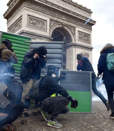 Chaos op Champs-Elysees: gele hesjes plunderen en stichten brand
