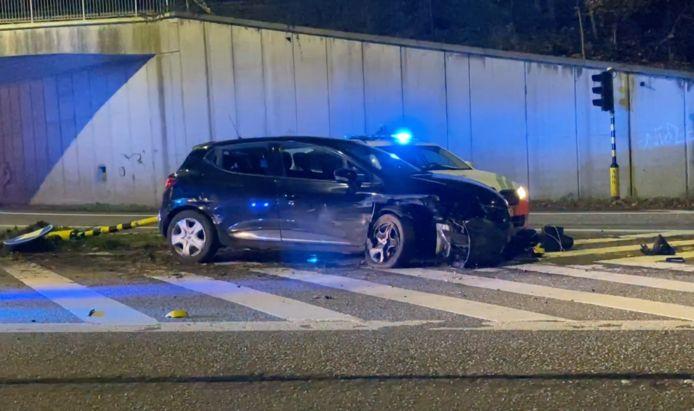 De Renault van de 24-jarige Mechelaar crashte tijdens de achtervolging op de afrit van de E19 in Wilrijk.