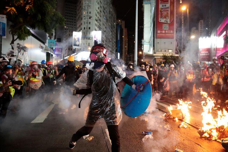 Protesten in Hong Kong lopen opnieuw uit de hand, met traangas aan de ene kant en molotovcocktails aan de andere. Beeld AP