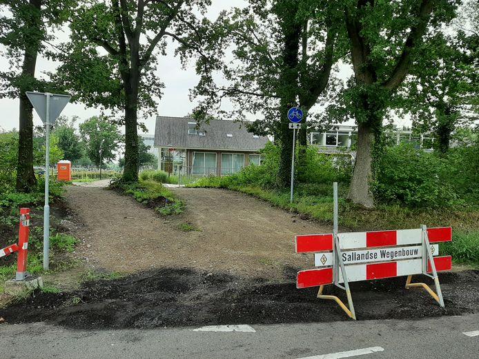 De doorgang door de beschermde houtwal aan de Bornsesteeg. De verkeersborden zijn al geplaatst.