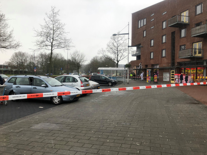 De omgeving van het winkelcentrum werd ruim afgezet door de hulpdiensten voor onderzoek.