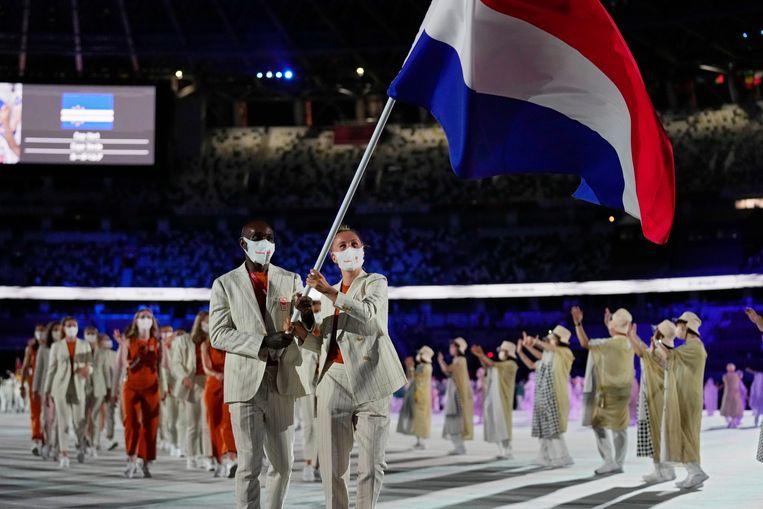 Keet Oldenbeuving en Churandy Martina dragen de vlag bij de openingsceremonie van de Olympische Spelen in Tokio.  Beeld AP