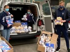 SC Heerenveen-voetballer Van Hecke koopt tientallen KiKa-beren en brengt ze naar ziekenhuis: 'Hele mooie actie'