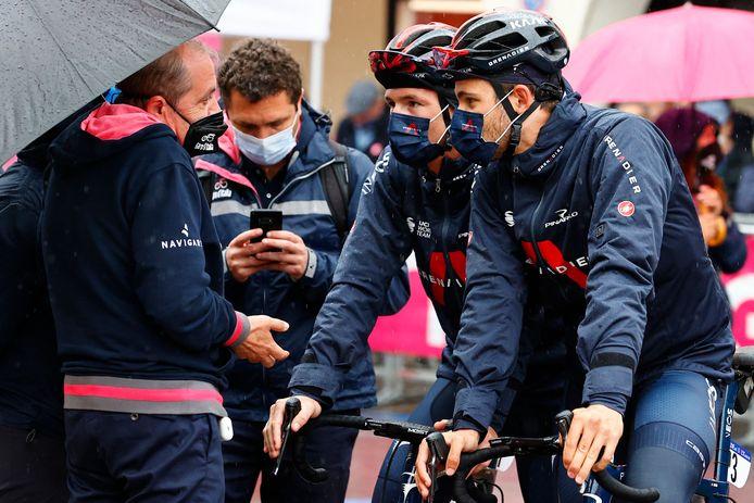 Vegni (links) in gesprek met renners van INEOS Grenadiers vanochtend.