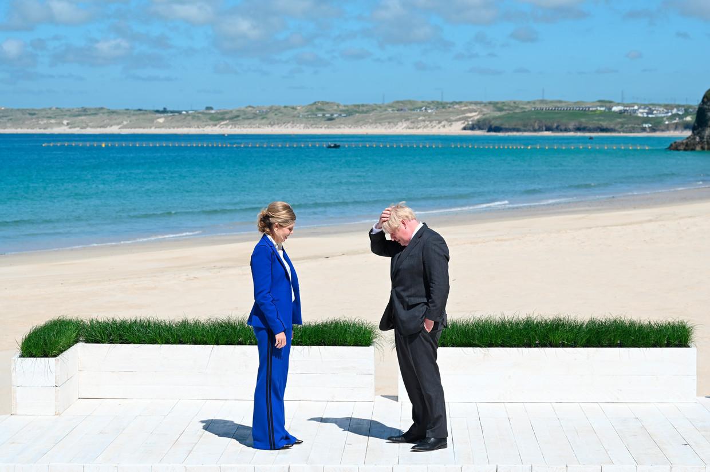 De Britse premier Boris Johnson wacht zaterdag met zijn vrouw Carrie op de gasten tijdens de G7-top in Cornwall. Beeld AP