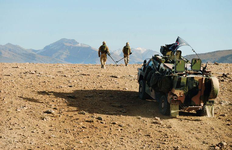Nederlandse soldaten speuren naar explosieven in Afghanistan. (Archiefbeeld uit 2010) Beeld Hollandse Hoogte / AFP