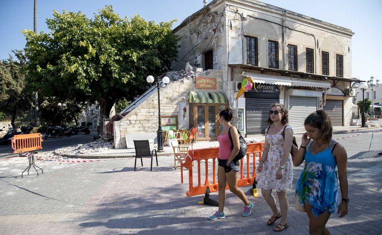 2017-07-22 15:08:05 KOS - Toersiten bekijken de schade die is ontstaan door de aardbeving op het Griekse eiland Kos. ANP JERRY LAMPEN Beeld ANP