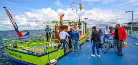 Met een gids aan boord varen langs Willemstad en over het Haringvliet