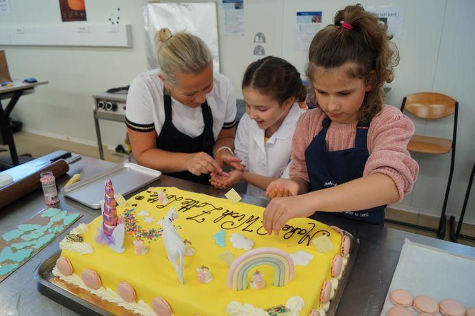 Make-a-wish deed samen met het MSKA Roeselare de wens van Lotte Vercruysse uit Wielsbeke in vervulling gaan: een reuzengrote unicorn-taart voor de hele familie