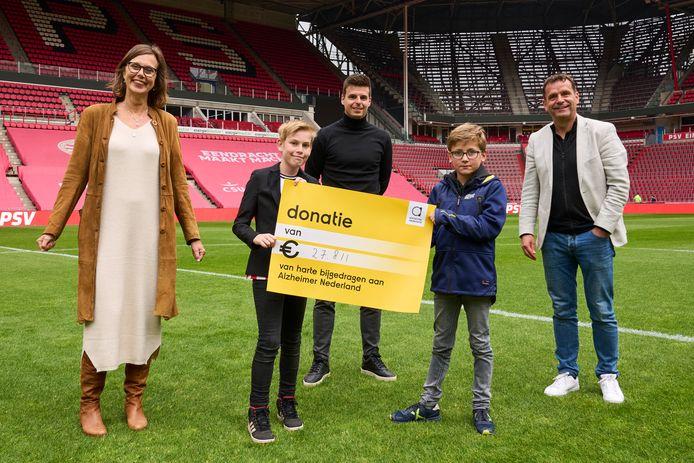 De actie rondom het overlijden van Willy van der Kuijlen heeft ruim 27.000 euro opgeleverd voor het goede doel. Rechts commercieel directeur Frans Janssen van PSV.