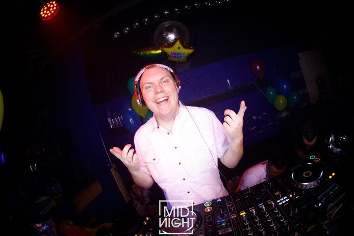 DJ Anthony Suijkerbuijk uit Steenbergen tijdens een avond in Midnight Roosendaal.