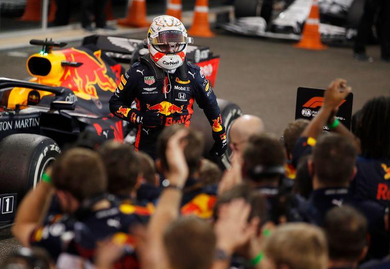 Verstappen snel op zijn Red Bull-collega's af om de overwinning te vieren. Beeld Pool via REUTERS