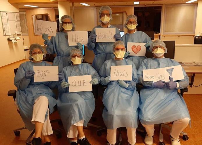 'Blijf alstublieft thuis voor ons', is de boodschap van het zorgpersoneel van de IC-afdeling in het Isala ziekenhuis in Zwolle.