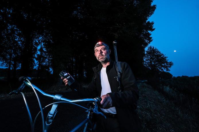 Ecoloog Gerard Lubbers gaat met een digitale antenne op zoek naar vleermuizen in het buitengebied van Lochem.